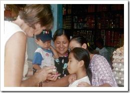 Showing kids their photos - Rio Dulce (photo: Ellen Sanpere)